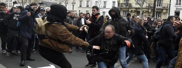 Policiers et manifestants s'affrontent, lors d'une manifestation contre la loi Travail, à Paris, le 24 mars 2016.