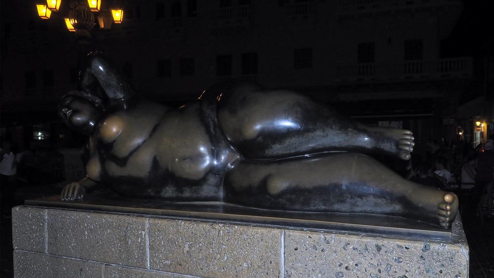 une sculpture de Botero nocturne 25/1
