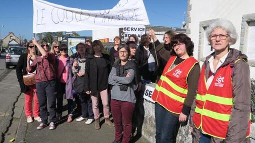 Les salariés des centres d'action sociale de Carhaix et de Châteauneuf dénoncent la réorganisation des pôles de direction.