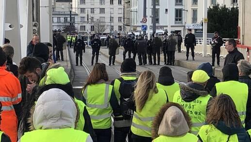 Les Gilets jaunes ont bloqué le pont de Recouvrance, dans l'après-midi, mardi 8 janvier, à Brest.