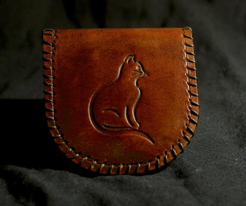porte monnaie en cuir, forme fer a cheval. chat embossé
