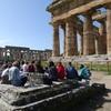devant le temple de Neptune à Paestum