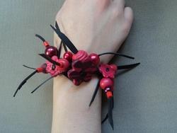 En rouge et noir : bracelet et bague.