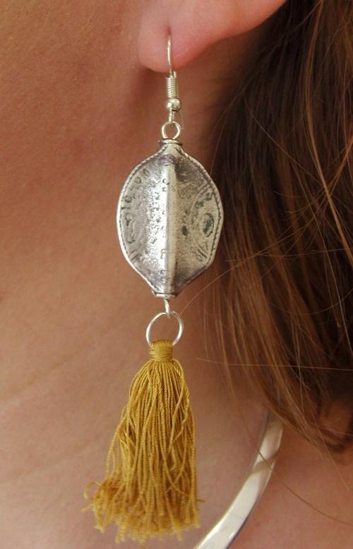 Boucles d'oreilles de style aztèque dans les tons argent et moutarde