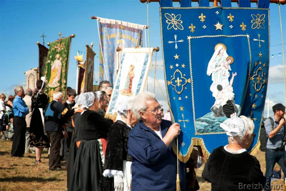 Sainte-Anne la Palud :  Bannières alignées