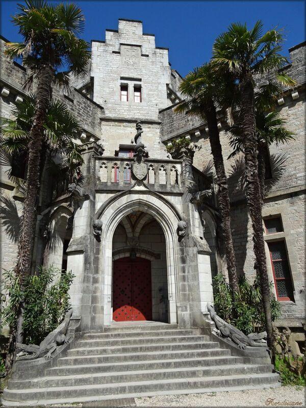 Photo de l'entrée principale du château Abbadia