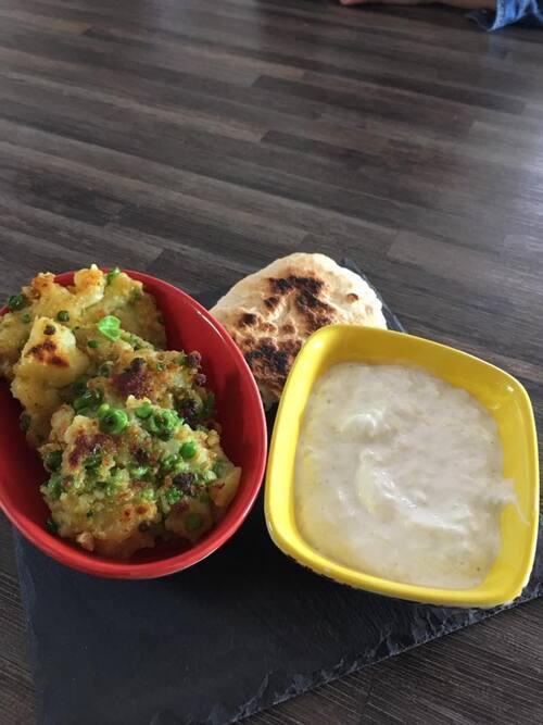 Aloo Tilki, raïta aux courgettes et pain naan au Kiri