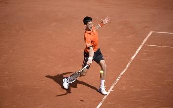 Imperturbable, Djokovic distribue et assure la première manche