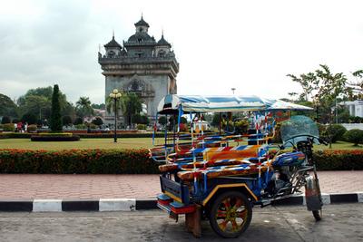 Blog de images-du-pays-des-ours :Images du Pays des Ours (et d'ailleurs ...), Beaucoup plus pour le tuk-tuk que pour la 'Porte de la Victoire'! - Vientiane - Laos