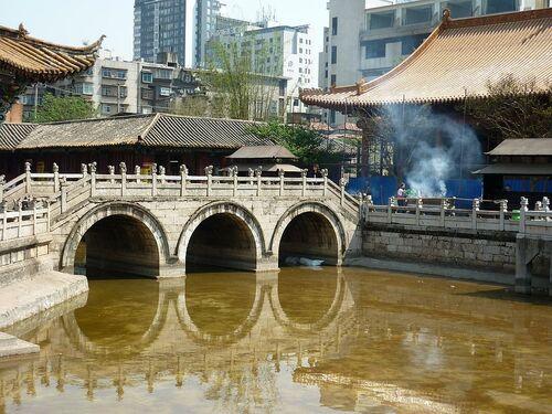 un joli temple bouddhiste chinois;