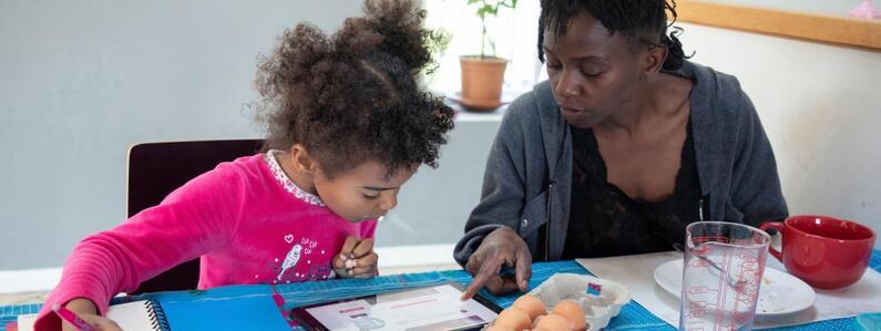Une mère confinée avec sa fille lui apprend une recette de cuisine, le 25 mars 2020 àGrézieu-la-Varenne (Rhône).