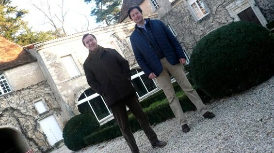 Eric et Philibert dans la cour intérieure du château Carbonnieux dont les parties les plus anciennes remontent au XIIIe siècle © JPS