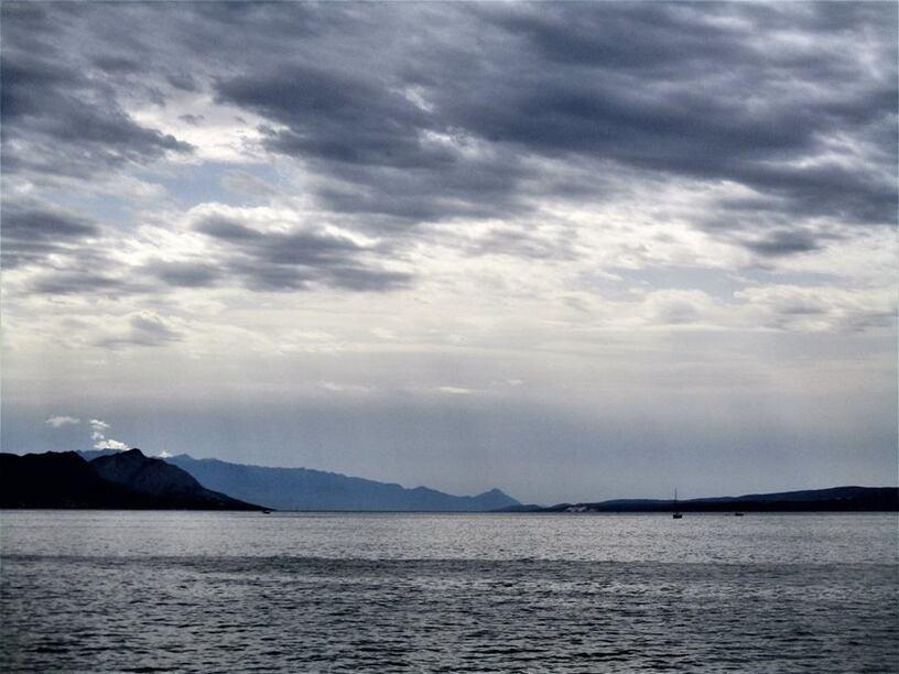 L'image contient peut-être: nuage, ciel, océan, montagne, plein air, nature et eau
