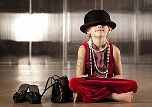 4510742-jeune-fille-avec-son-visage-cach-dans-son-chapeau