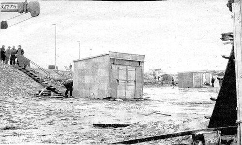 La digue empierrée construite par les militaires