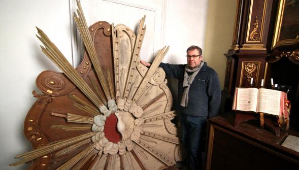 Luc Blaise montre le retable en cours de restauration. Le travail devrait être terminé pour l'exposition de l'Ascension.