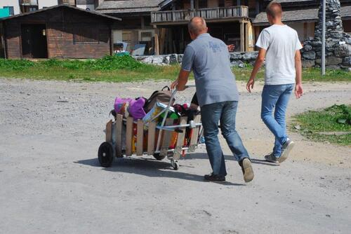Voilà comment on transporte ses affaires ici
