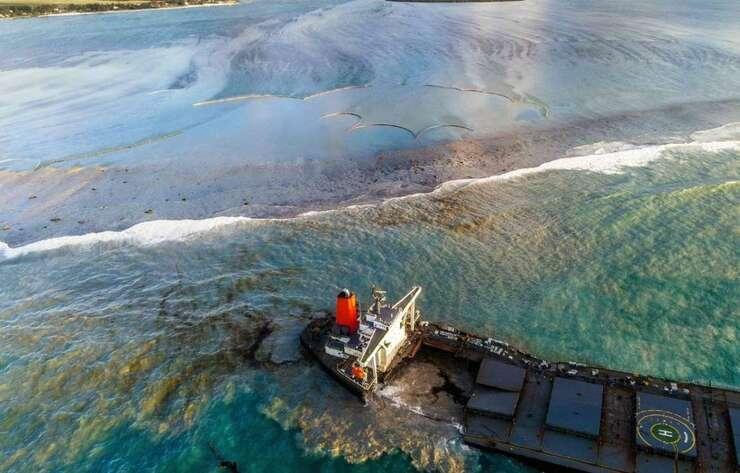 Marée noire : Le navire, échoué sur les côtes de l'île Maurice, s'est brisé, annonce l'armateur japonais