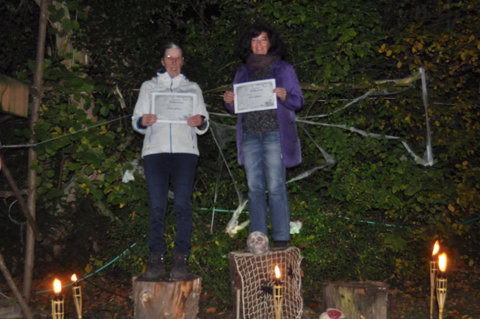 L'image contient peut-être: 2 personnes, personnes souriantes, personnes debout, arbre, chaussures, nuit et plein air