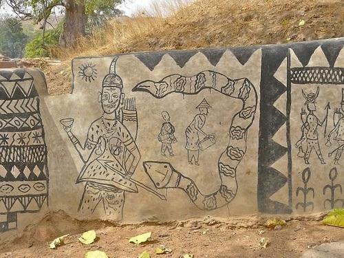 Tiébélé, le village où les femmes décorent les cases.