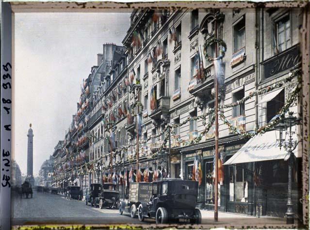 La rue de la Paix décorée pour les fêtes de la Victoire par Auguste Léon ©Musée Albert-Kahn - Département des Hauts-de-Seine