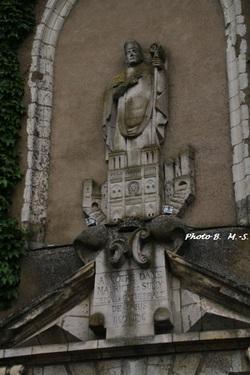 Le bas-relief situé au-dessus du porche de l'église Saint-Ythier (Saint-Ythier jaloux d'un lion)