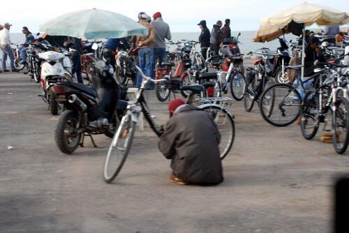 Marché au vélos et cyclos en bordure de côte
