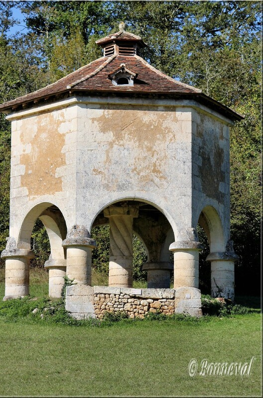 ¨Pigeonnier sur arcades  pilier central Queyssac Dordogne Aquitaine