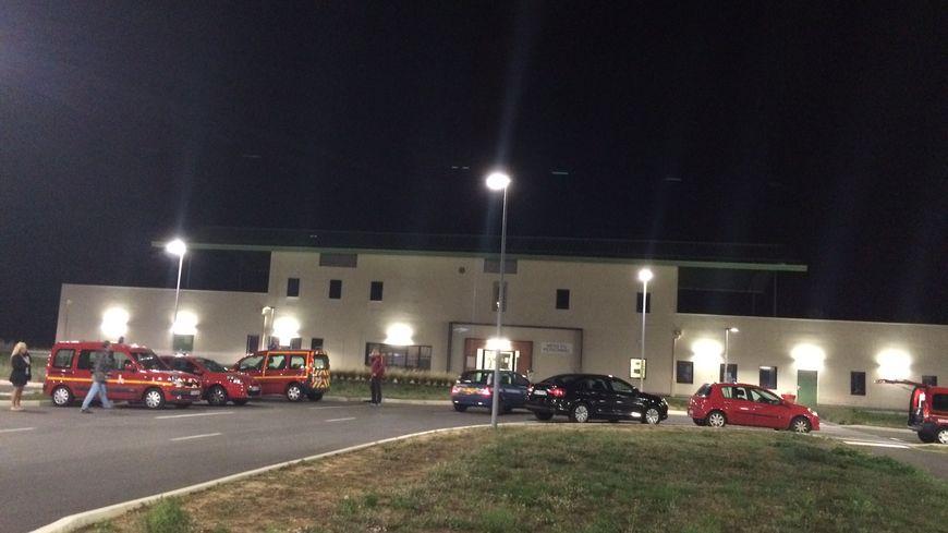 Les secours ont pris position devant le bâtiment d'accueil