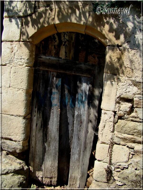 Najac Aveyron petite porte aux planches disjointes que personne n'utilise plus