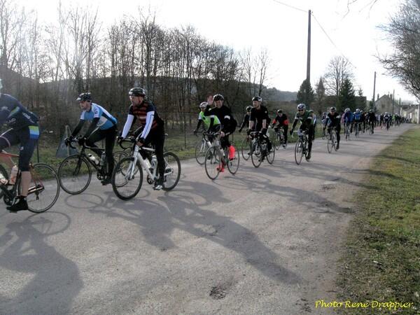 Une nouvelle fois la course cyclotouriste Londres Cannes s'est arrêtée à Vanvey...