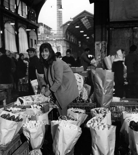 Doisneau-Paris-les Halles marchande fleurs
