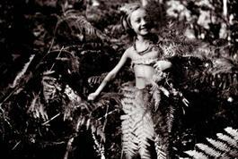 Photo de jeunesse : ChantalThomasà 7 ans, dans la forêt d'Arcachon.