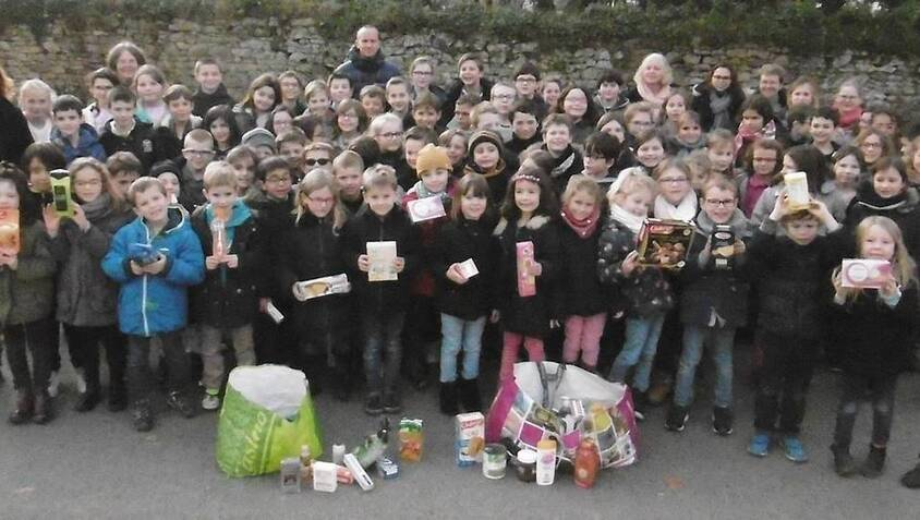 Les enfants de l'école Sainte-Marie avec une partie des dons pour le CCAS.