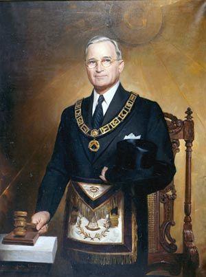 Portrait en couleur du président Truman dans les insignes de grand maître de la Grande Loge du Missouri, poste qu'il a occupé de 1940 à 1941. Ce portrait, peint par Greta Kempton, a été dévoilé en 1949. (NLHST # 67-938).  Le président Truman a rejoint les maçons en 1909. Le 19 octobre 1945, il a été couronné maçon de rite écossais du 33e degré.  Ordre maçonnique, Art maçonnique, Loge maçonnique, Symboles maçonniques, Présidents américains, Présidents américains, Histoire américaine, Harry Truman, Tubal Cain