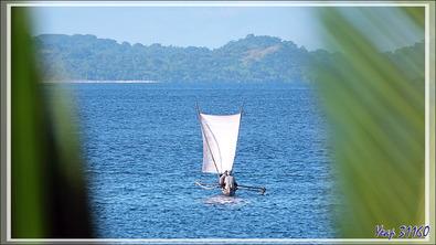 Pêcheurs aux pirogues - Nosy Tsarabanjina - Archipel des Mitsio - Madagascar