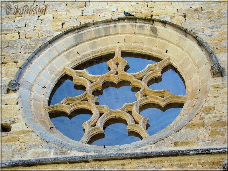Abbaye de Beaulieu-en-Rouergue rose à sept pointes sur la façade