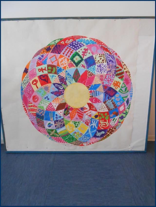 Blog de mimipalitaf : mimimickeydumont : mes mandalas au compas, mandala-patchwork fait par 64 élèves pour la journée de la paix lundi