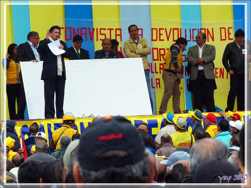 Balade le nez en l'air dans le Lima historique (Pérou) : et sur la Plaza San Martin, le sempiternel meeting politique !