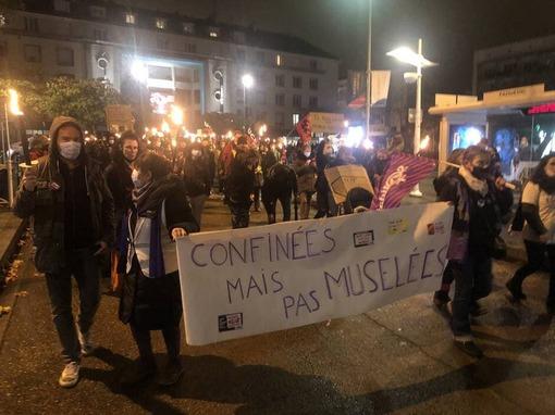 La foule, rassemblée contre les violences faites aux femmes, s'est rendue en cortège jusqu'à la sous-préfecture.