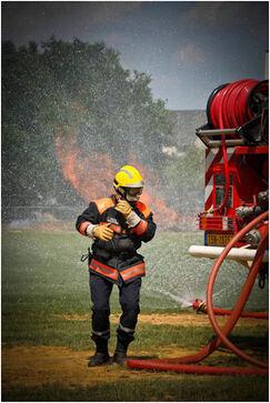 """Journée portes ouvertes Sécurité Civile de Nogent le Rotrou. Démonstration d'une protection hommes et véhicules contre le feu avec un """"écran"""" d'eau.."""