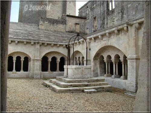 Abbaye de Montmajour le cloître et son puits décentré