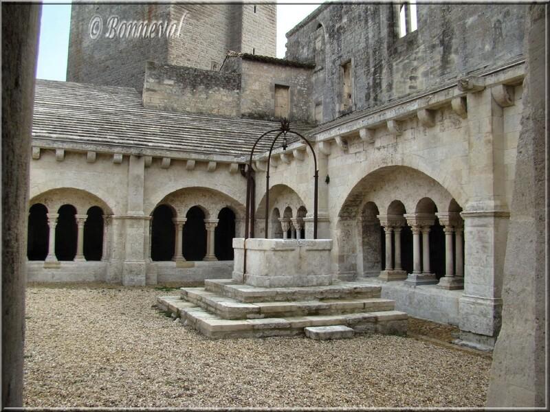 Abbaye Saint-Pierre de Montmajour Bouches-du-Rhône le puits et le cloîtr