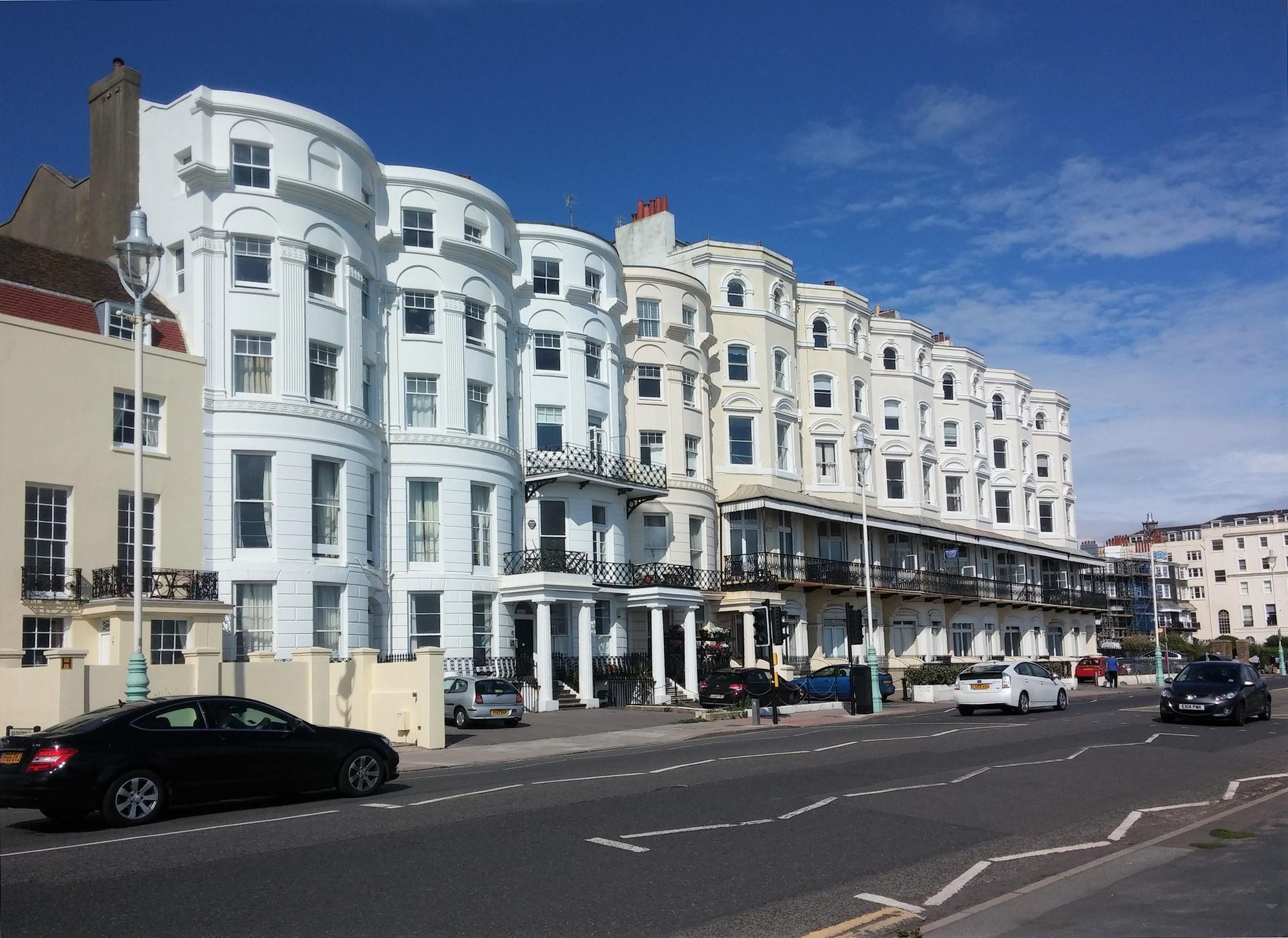 Brighton : les batiments du bord de mer.