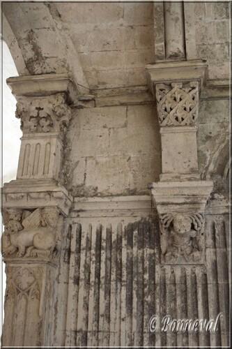 Abbaye de Montmajour cloître console tête de femme coiffée de serpents
