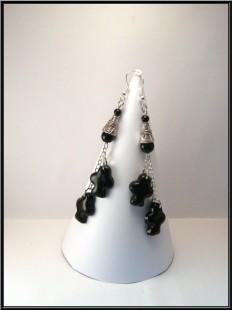 Boucles d'oreille treffle en Fimo et perles en verre noir.