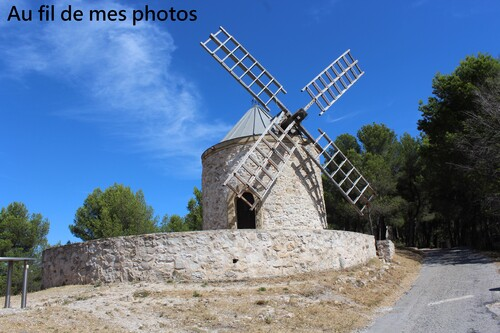 Moulin et clocher près de Gardanne