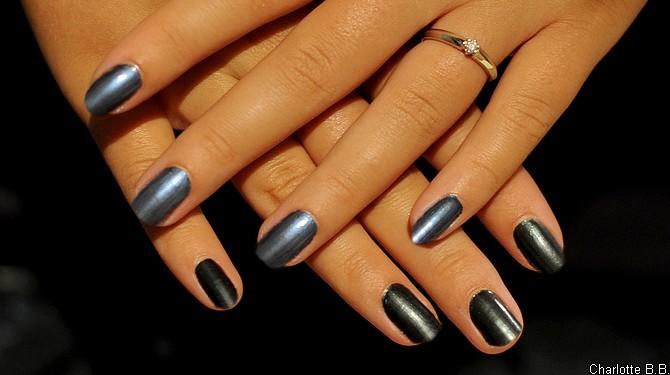 Transformer le vernis 513 Black Pearl de Chanel en un beau bleu métallisé ? Facile !