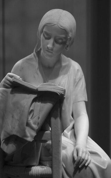 Les femmes, la lecture dans la sculpture