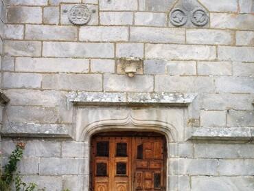 Auppegard - Eglise Saint-Pierre (XVIe-XVIIe s.) - Porte (1623)